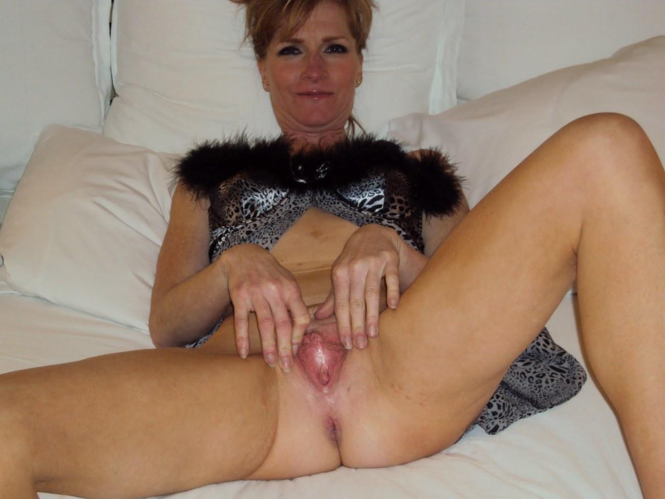 Shaven wifey cooch rubdown my rod -..