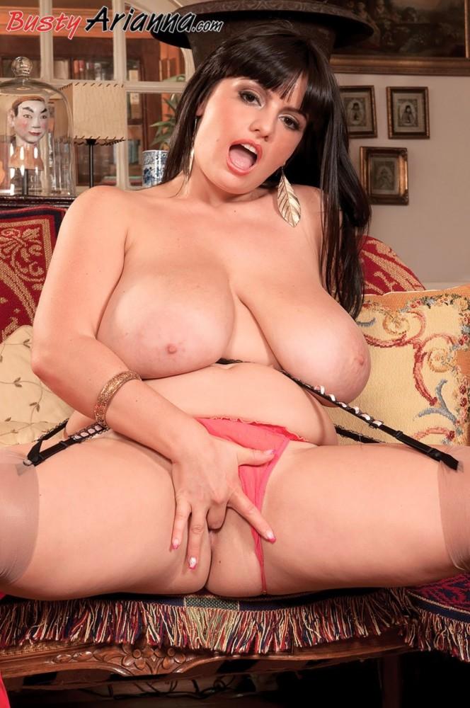 Pornographic star Arianna Sinn takes..